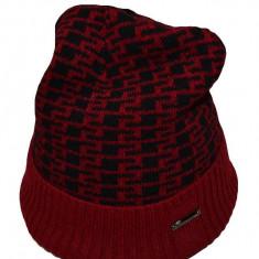 Caciula de barbati cu captuseala de blanita, culoare rosu-negru