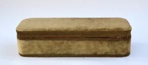 Cutie foarte veche din lemn, capitonata cu catifea verde la exterior