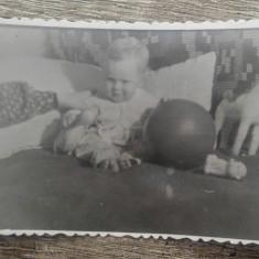 Copil cu jucarii// fotografie perioada comunista