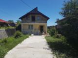 Vand casa la curte