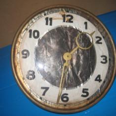 Mecanism ceas masa nefunctional uzat cu geam.