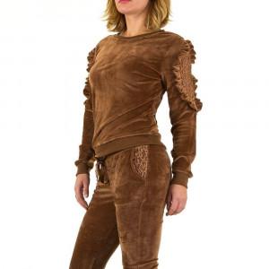 Costum sport modern, plusat, de culoare maro