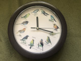 Ceas cuart de perete cu ciripit de pasari la ora exacta