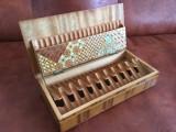 Tabachera deosebita pentru tigari din lemn cu intarsii si furnir !