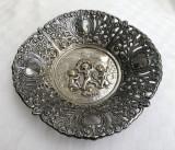 Farfurie decorativa din alama argintata decorata in basorelief