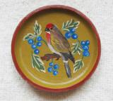 Farfurie decorativa cu Sticlete.Pictura naiva pe disc din lemn nobil.Vintage.