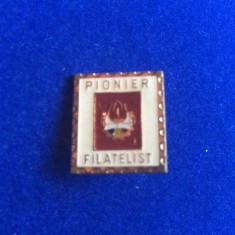 INSIGNA PIONIER - PIONIER FILATELIST (fond rosu)