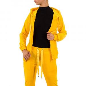 Trening modern, de culoare galbena, cu aspect plusat