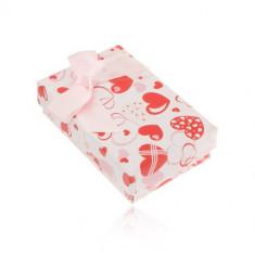 Cutie albă pentru cercei și inel sau pandantiv, inimi roz și roșii
