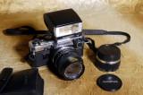 Aparat foto pe film Olympus OM10 cu blitz, adaptor manual si accesorii. Japan.