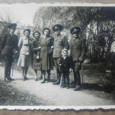 Ofiteri romani cu domnisoare si copil/ fotografie 1943