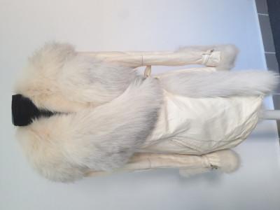 Haina pirle cu blana vulpe polara foto