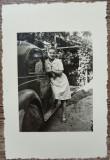 Domnisoara cu automobil de epoca// fotografie