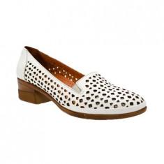 Pantof alb de vara cu toc gros, stabil si varf rotund cu perforatii