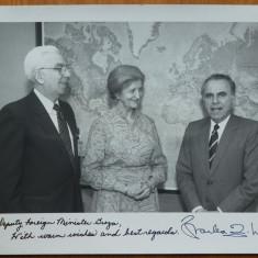 Fotografie la ONU , Maria Groza , Charles Wick (autograf) si Mircea Malita ,1984