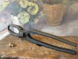 Scule / Unelte vechi - cleste de fierarie model deosebit pentru forja / nicovala
