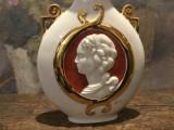Arta / Design / Decor - Superba vaza cu camee marcaj Capodimonte semnata Ser !
