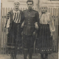 Fotografie soldat roman femei port popular 1936 Trei Scaune Transilvania