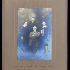FOTOGRAFIE DE FAMILIE , FACUTA IN STUDIO , CARANSEBES , MONOCROMA, LIPITA PE PASPARTU DE CARTON, DATATA 1927