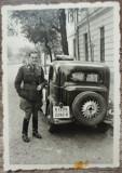Militar roman cu automobil de epoca, numere Bucuresti// fotografie interbelica
