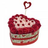 Cumpara ieftin Aranjament flori trandafiri de sapun in cutie alba cu inimioare 26-30 trandafiri, 24 x 24 cm