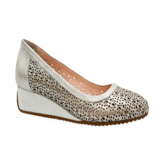 Pantof comod de culoare argintie, cu talpa usoara si flexibila