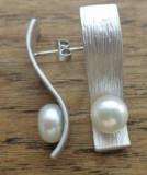 Cercei cu surub/fluture/cheita metal alb, argintat si rodiat si perle de cultura
