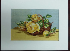 Cos cu trandafiri galbeni. foto