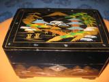 6439-Caseta veche cantatoare intarsia si pictura lemn negru stil lac China.