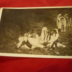 Fotografie tip carte postala - grup in costume populare romanesti