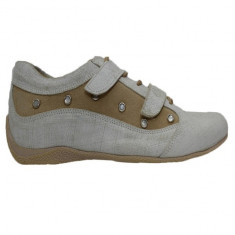 Pantof comod cu talpa joasa, de culoare bej, cu siret si scai