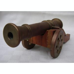 Tun din bronz fixat pe afet din lemn