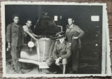 Tanar militar si prieteni reparand un automobil de epoca// fotografie
