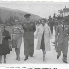 Fotografie ofiter roman de aviatie pe strada poza veche romaneasca interbelica