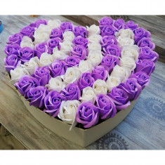 Aranjament din 64 trandafiri de sapun in cutie alba si in forma de inima