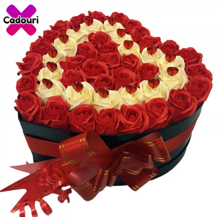 Aranjament floral trandafiri de sapun rosu si crem, cutie neagra