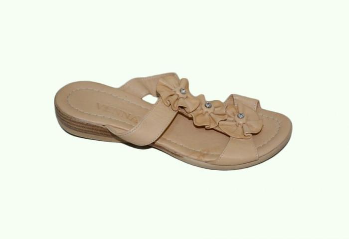 Papuc deosebit cu talpa joasa, culoare bej, decor floral cu strass