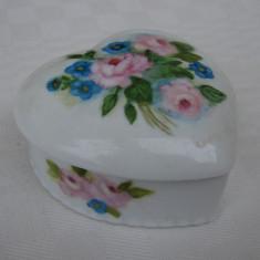 Frumoasa bomboniera din portelan fin german decorata cu motive florale, Decorative