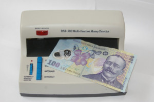 Aparat pentru detectat bani falsi. Detecteaza prin ULTRAVIOLET , ULTRA VIOLET