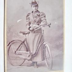 A742- Foto Arad anul 1898-Femeie epoca pe Bicicleta-CDV Kabinet Kossak Jozsef.