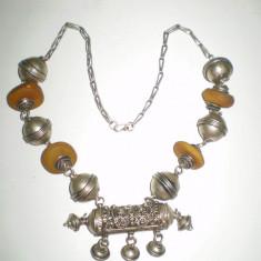 Vechi colier tribal cu amuletă