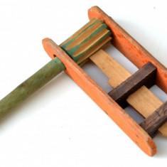 Jucarie veche din lemn de balci - zornaitoare RSR