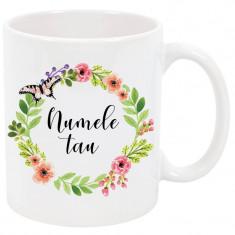 Cana cu nume personalizata, ceramica alba, 325 ml, model flori si fluture roz