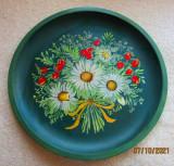 Pictura pe lemn, buchet cu flori de camp.Disc/farfurie lucrata manual.Folk Art.