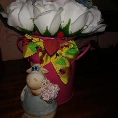 Trandafiri de sapun - Aranjament Vacuta cu flori