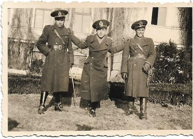 Fotografie ofiteri romani cu sabii al doilea razboi mondial