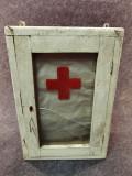Dulapior vechi din lemn, trusa de prim ajutor.