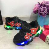 Cumpara ieftin Adidasi negri cu lumini LED si scai pt baieti / fete 21 22 23 24 25