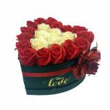 Cumpara ieftin Aranjament flori trandafiri de sapun in cutie neagra mediu. 21-24 trandafiri, 22 x 22 cm