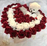 Cumpara ieftin Aranjament inima 47 de trandafiri si ursulet de plus